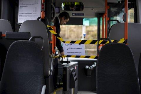 Så lenge pandemien held på, og den fremste døra på bussen er stengd, må billettane kjøpast på førehand eller via app. No jobbast det med å få på plass betalingsterminal for bankkort på alle av Skyss sine 900 bussar fram til framdørene igjen opnast. Terminalen skal plasserast hos sjåfør.