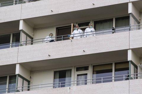 9. desember ble leiligheten til offeret grundig undersøkt av krimteknikere.