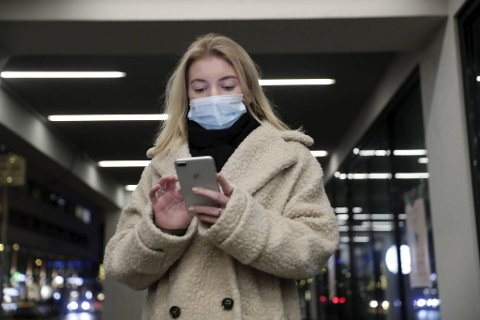 Voksne nordmenn bruker digitale skjermer mellom fire og seks timer hver dag, og sjekker mobilen over 150 ganger daglig.