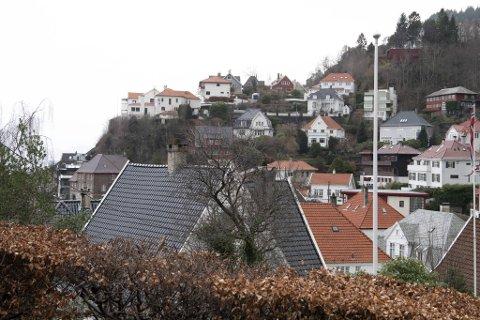 Boligprisnivået i Bergen ligger nesten ti prosent høyere enn for ett år siden. Det ligger få bruktboliger ute for salg, mens etterspørselen er like stor som den har vært det siste halvåret.