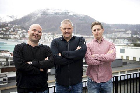 Jan Gunnar Kolstad (t.v.), Mons Ivar Mjelde og Einar Lundsør tar for seg Brann-stallen slik den ser ut fem uker før alvoret starter.