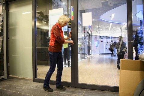 Nå er det slutt på 65 år med posttjenester i «Hovedposten» i Småstrandgaten 3, og Karin Aga Kjærgaard låser dørene for siste gang.