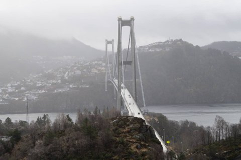 Askøy kommune anbefaler hjemmekontor for alle på Askøy etter det pågående smitteutbruddet. Det merkes på trafikken over broen.