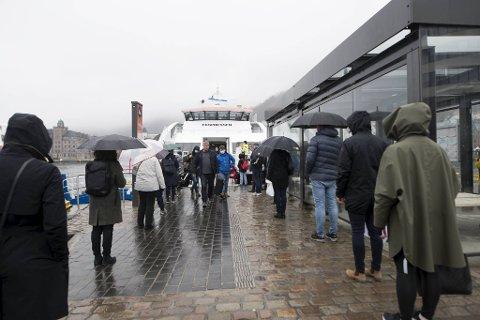 Folk flokket sgg for å bli med 1615-båten fra Strandkaien til Kleppestø.