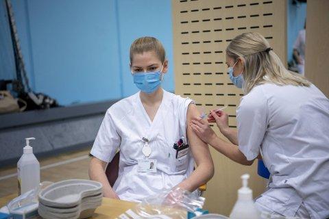 Sykepleier Mari Hauge Hammersland var den første ansatte ved Haukeland sykehus som fikk koronavaksinen. Det skjedde 12. januar i år. Her setter sykepleier Julie Øien vaksinen.