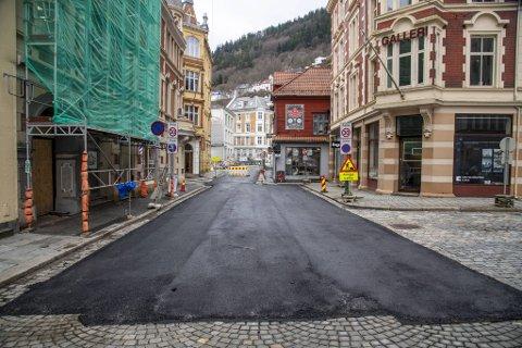 Den gamle brosteinen i Domkirkegaten er erstattet med sort, ny asfalt.