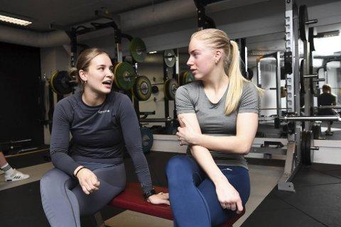 Studentene Nathalie Holstad og Helene Husebye bor og trener sammen. De trodde treningssentrene skulle stenge torsdag.