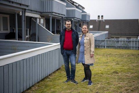 Jan-Ove Færstad og Guri Lindblad utenfor husrekken på Bjørge. Samboerne, som er jurister, har kjempet mot plan- og bygningsetaten i Bergen kommune i mange år.