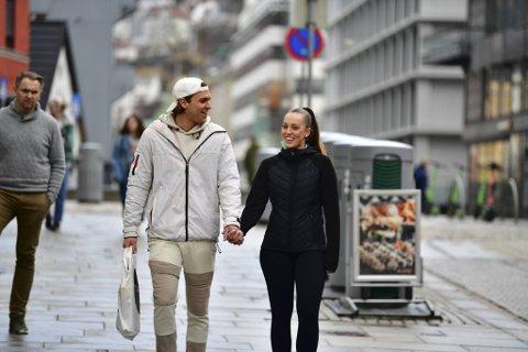 Stefan Høyland (22) og Lone Yksnøy (22) tar den vaksinen de må ta, for å få lov til å reise til varmere strøk igjen.