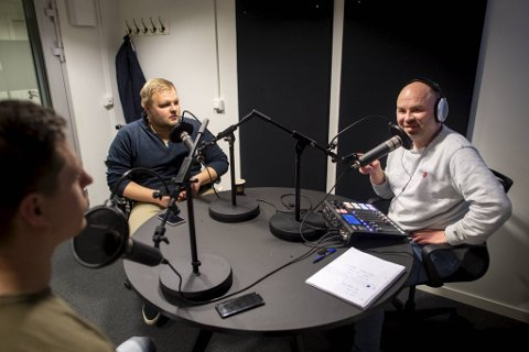 Einar Lundsør, Jonas Johnsen og Jan Gunnar Kolstad har samlet seg i bunkersen i BA-huset, med korona-avstand, og preiker ball.