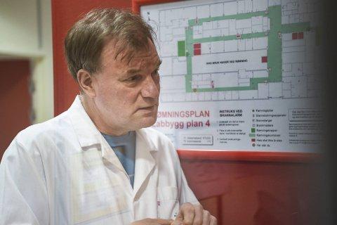 Avdelingssjef på Mikrobiologisk avdeling på Haukeland forteller at kapasiteten på koronaprøver er sprengt.