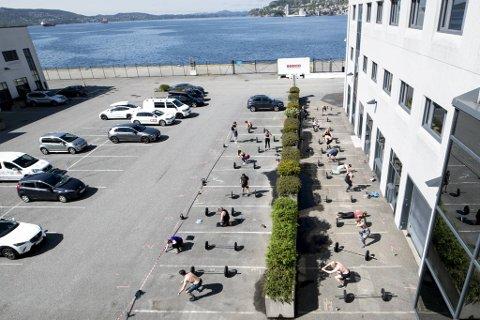 I fjor omtalte BA hvordan Crossfit Bryggen ryddet parkeringsplassen for å kunne trene utendørs i tråd med de daværende reglene.