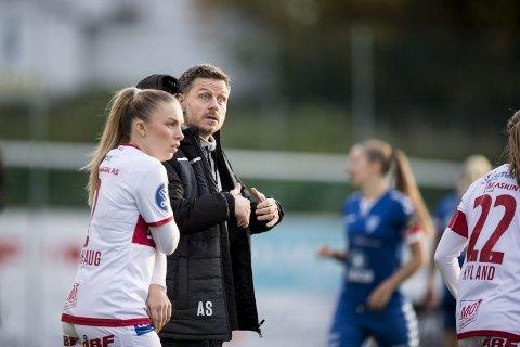 Alexander Straus returnerte til jobben som Sandviken-trener i fjor høst, og er godt i gang med å bygge en klubb og et lag som bør kunne kjempe om trofeer.