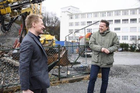 – Dette er noe av det mest spennende vi har holdt på med i mine åtte år i Bonava. Det er veldig kjekt å transformere det gamle bygget og gi det nytt liv, sier utviklingssjef Jørgen Madsen (t.v). Her i et humoristisk øyeblikk med  pressetalsmann Arvid Steen.