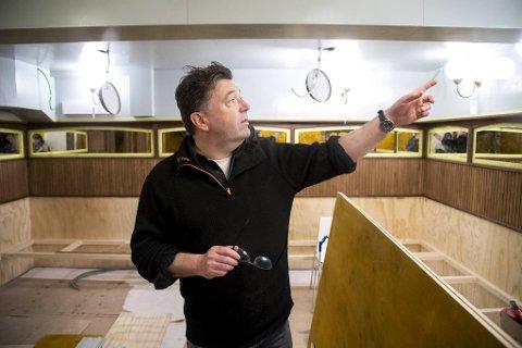 Jan Vardøen er egentlig kokk og trebåtbygger. Men han er også eier og grunnlegger av Villa Paradiso. Her står han i baren som kommer i tilknytning til restauranten.