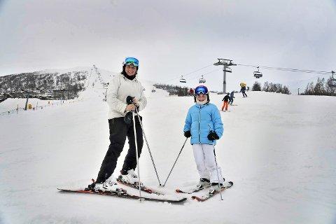 Ingeborg og Ina Lie har tatt turen i bakken.