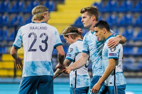 Alexander Sørloth jubler sammen med Erling Braut Haaland og pasningsslegger Mohamed Elyounoussi etter å ha gitt Norge ledelsen i VM-kvalifiseringskampen mot Montenegro.