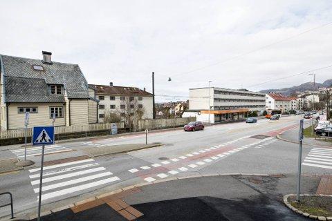 Planområdet ligger langs Nattlandsveien og strekker seg fra eneboligen til venstre til enden av det hvite blokkbygget.
