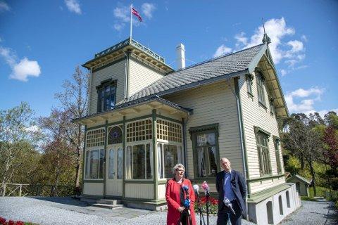 Styreleder for Kode, Marte Mjøs Persen og direktør Petter Snare holdt i mai i fjor pressekonferanse på Troldhaugen om den økonomiske situasjonen.