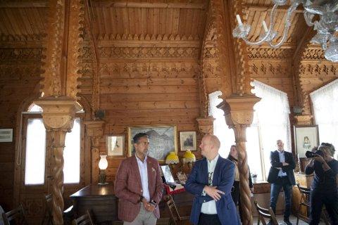 Kulturminister Abid Raja (V), her sammen med Kode-direktør, Petter Snare, besøkte Lysøen i september i fjor.