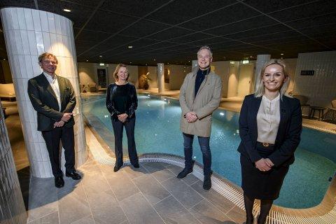 (Fra v.) Ketil Stenmarck og Anne Lise Stenmarck i Artesia står for spa-driften på Hotel Norge, noe huseier Geir Hove og hotelldirektør Lise Solheim er glade for. Mandag var det offisiell åpning.