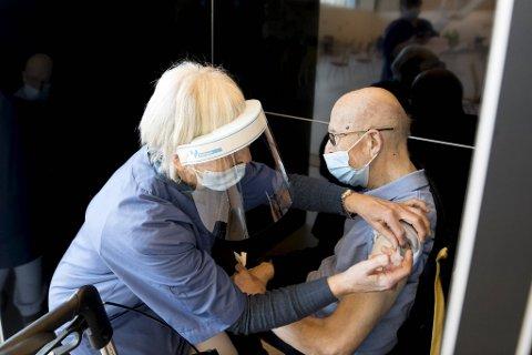 Flere bergensere kan bli vaksinert tidligere enn antatt. Bildet fra da Einar Storheim (84) fikk vaksine i Sentralbadet onsdag 17. februar.
