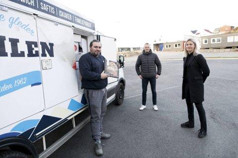 Isbil-sjåfør Damian Szczepankiewicz har pakket for langtur og klar for kjøretur til Hardanger. Morten Kolseth i Isbjørn is og gründer Ingrid Marie Spord tror samarbeidet blir en suksess.