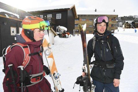 Bjørn Ivar Lilletun (18) (t.h.) var en av de første som kom frem til skredet. Han var på ski i anlegget, men jobber også for skipatruljen. Her er han sammen med Herman Lilletun (14)