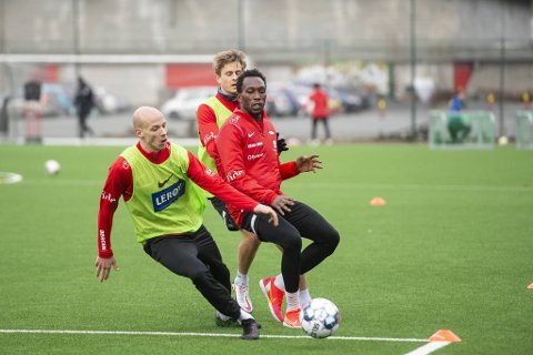 Ruben Kristiansen (t.v) og Daouda Bamba kan trene for fullt, men Brann har ennå ikke lov til å spille treningskamper.