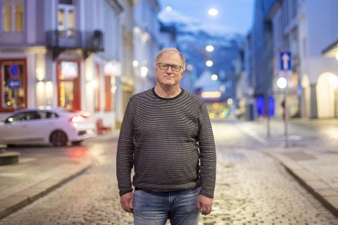 Medisinsk fagsjef Trond Egil Hansen vil ikke ftilbake til en meter i stedet for to.
