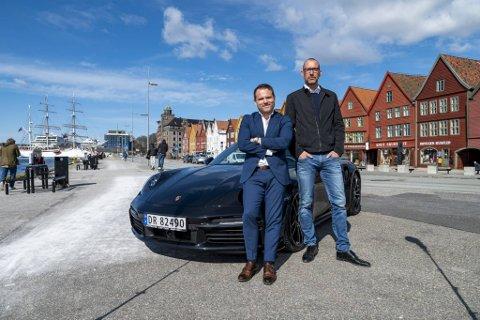 På bare seks år har Endre Johnsen (til v.) og Espen Galtung Døsvig gjort Porsche til milliardbutikk på Vestlandet. Nå selger de seg ut med gevinst i hundremillionersklassen.