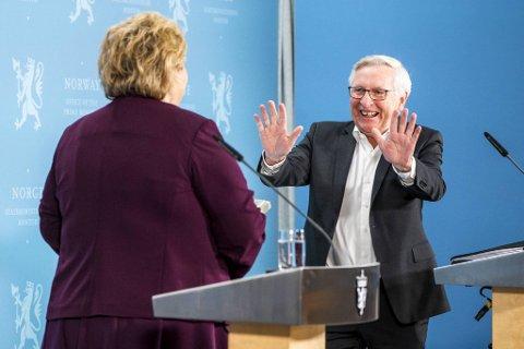 Koronakommisjonens leder, Stener Kvinnsland, strakte ut hånden til statsminister Erna Solberg, som klarte å avverge en ny hilsetabbe foran nasjonen.