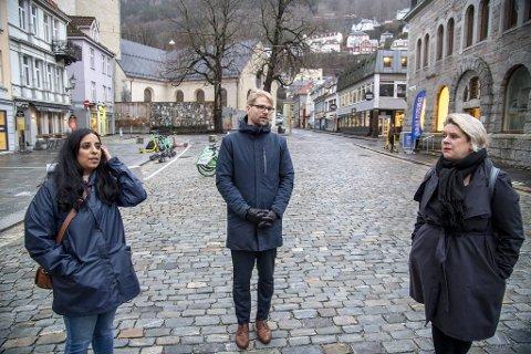 Bergenspolitikerne står sammen med Oslo og AUF i kampen for at Arbeiderpartiet skal støtte rusreformen. F.v. Sosialbyråd Lubna Jaffery, byrådsleder Roger Valhammer og ordfører Marte Mjøs Persen.