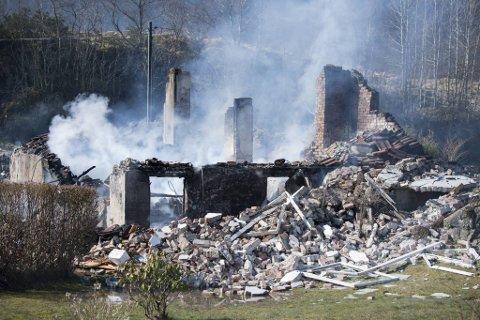 Det er bare ruiner igjen av huset. Nå er bombeeksperter fra Oslo på vei for å gjøre undersøkelser.