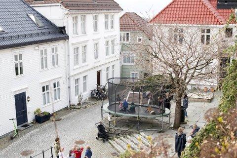 Striden står om denne trampolinen i Steinkjellerbakken som er flittig brukt av nabolagets barn og unge.