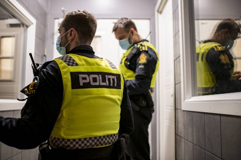 På grunn av nye lokale tiltak, gir forskriften nå politiet lovhjemmel til å gi bøter og anmeldelser for brudd på diverse smittevernregler. Bildet er tatt tidligere i år, under festkontroller.