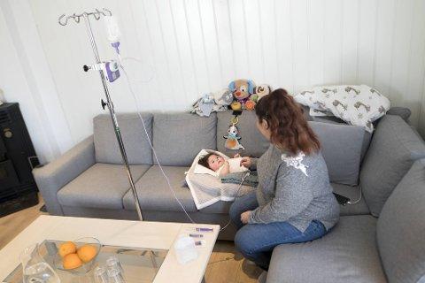 Anne-Silvia Rognstad Miranda Rojas sammen med sønnen Michael, som er født med en alvorlig gensykdom. Legene sier at han etter alt å dømme ikke blir tenåring.