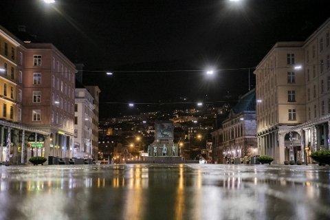Det er rolig i gatene i Bergen under påskehøytiden. Likevel er smittetrenden økende i byen vår.