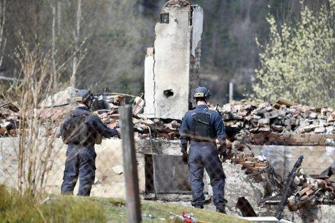 Tirsdag morgen startet bombegruppen arbeidet med å undersøke ruinene etter husekplosjonen på Osterøy.