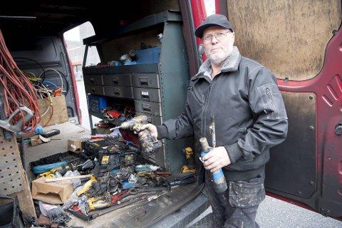 Kurt Finsås står igjen med smeltet verktøy og et sotbelagt lasterom etter brannen.