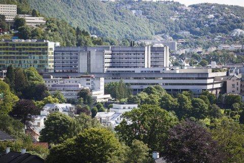 Fylkeslegen gransker om helsehjelpen på Haukeland sykehus var forsvarlig, da en ung person døde etter en mandeloperasjon i mars.