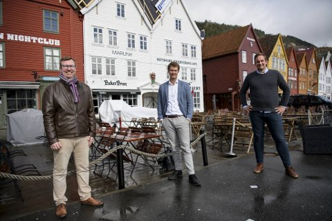 Reiselivsdirektør i Visit Bergen, Anders Nyland jubler over friske midler fra kommunen. Her sammen med byråd Erlend Horn (V) og styreleder i Visit Bergen, Håkon Pettersen (KrF).