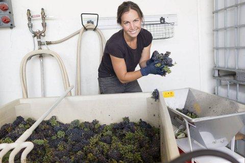 Martha Stoumen lager sine viner i det nordlige-California, der hun er blitt omtalt som «dronningen av naturlige viner». Men helt «hands-off» er hun ikke i sin vinmaker-filosofi.