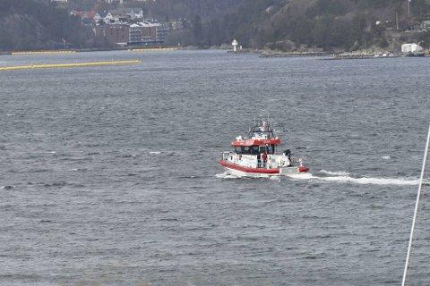 Redningsselskapet eskorterte sjarken til land torsdag ettermiddag.