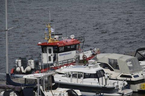 Redningsskøyten fulgte sjarken inn til land etter ulykken.