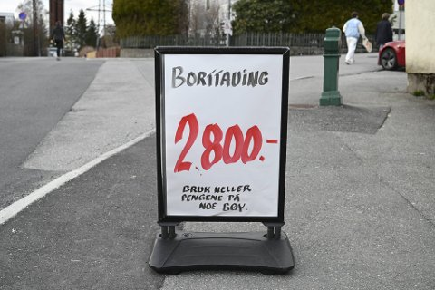 Bunnpris-sjef Frode Solberg har satt opp et nytt skilt for å folk til å slutte å stjele p-plassene hans.