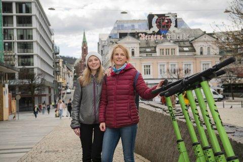 Patrycja Firlej (25) og Anna Najderek (45) har akkurat parkert sine leide løperhjul på Torgallmenningen. – Mange kjører for fort og hensynsløst. Det burde innføres fartsgrense på 5-7 km/t i sentrum!