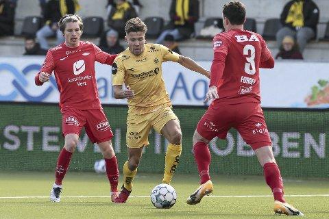 Kasper Skaanes har vært god for et Brann-lag som har slitt i treningskampene inn mot seriestart. Her i en av mange dueller med Glimts Fredrik Bjørkan på søndag.