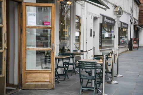 Da Café Opera i Vaskerelven tirsdag, ble det satt ut fire bord. Mandag hadde de bare lov til å ha to.