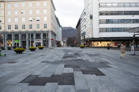 Store områder av Torgallmenningen er dekket i asfalt eller fresemasse.